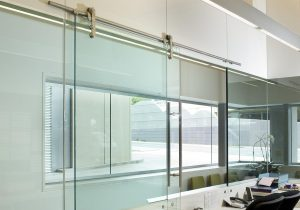 Ứng dụng kính cường lực trong thiết kế căn hộ chung cư